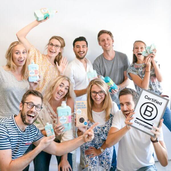Das komplette Seepje-Team mit einem Zertifikat und allen Produkten, die sie haben.